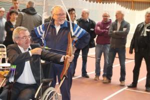 15 ans de la FéMA - Monsieur le Ministre René Collin teste le tir à l'arc